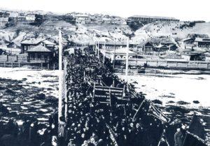 г. Красноярск. Вооруженная демонстрация солдат и рабочих на мосту через реку Кача, 10 марта 1917 года.
