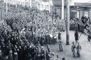 г. Красноярск. Демонстрация солдат Красноярского гарнизона на Воскресенской улице. 10 марта 1917 года.