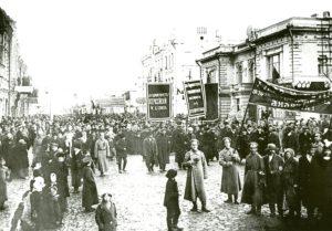 Демонстрация трудящихся на Воскресенской улице.10 марта 1917 года