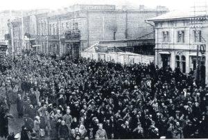 Демонстрация трудящихся на Воскресенской улице. 1 мая 1917 года.