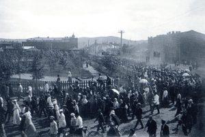 Демонстрация трудящихся на углу Благовещенской улицы и Театрального переулка. 9 июля 1917 года