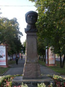 Памятник Е. М. Мамонтову в Барнауле. Авторы бюста — скульптор К. Чумичев и архитектор Г. Протопопов