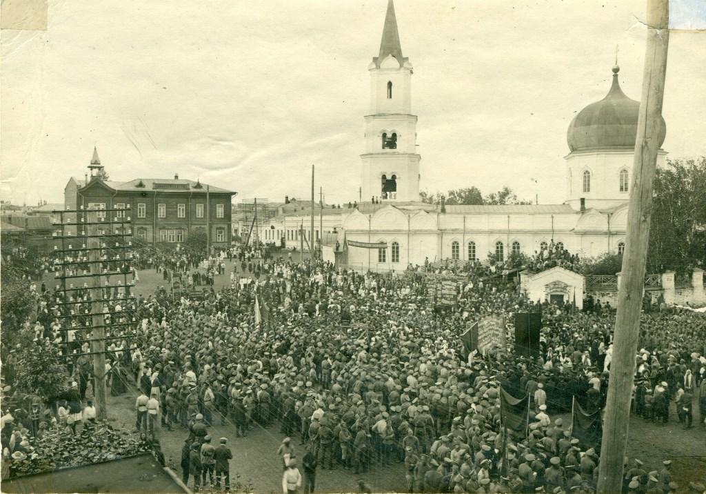 Праздничный митинг на Соборной площади. Барнаул, 1 мая 1917 года.