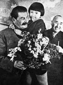 Иосиф Сталин, Геля Маркизова и Михей Ербанов, 27 января 1936 года. (фото Михаила Калашникова)